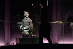 "Painted archer in the exhibition ""Qin – The eternal emperor and his terracotta warriors"".© Bernisches Historisches Museum, Bern. Photograph Nadja Frey"