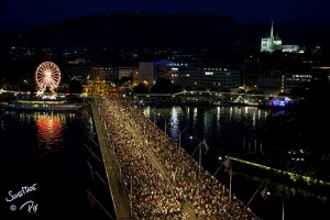 Crowds assemble on Mont Blanc bridge for the Grand Feu d'Artifice 2012. Photo crédit: www.fetesdegeneve.ch