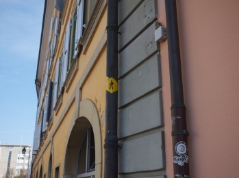 Once you enter Carouge, keep track of the route by the yellow hiking signs